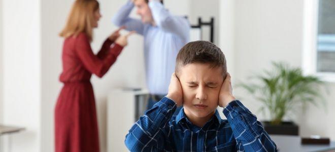 Ребенок видит ссоры родителей: последствия и пути решения