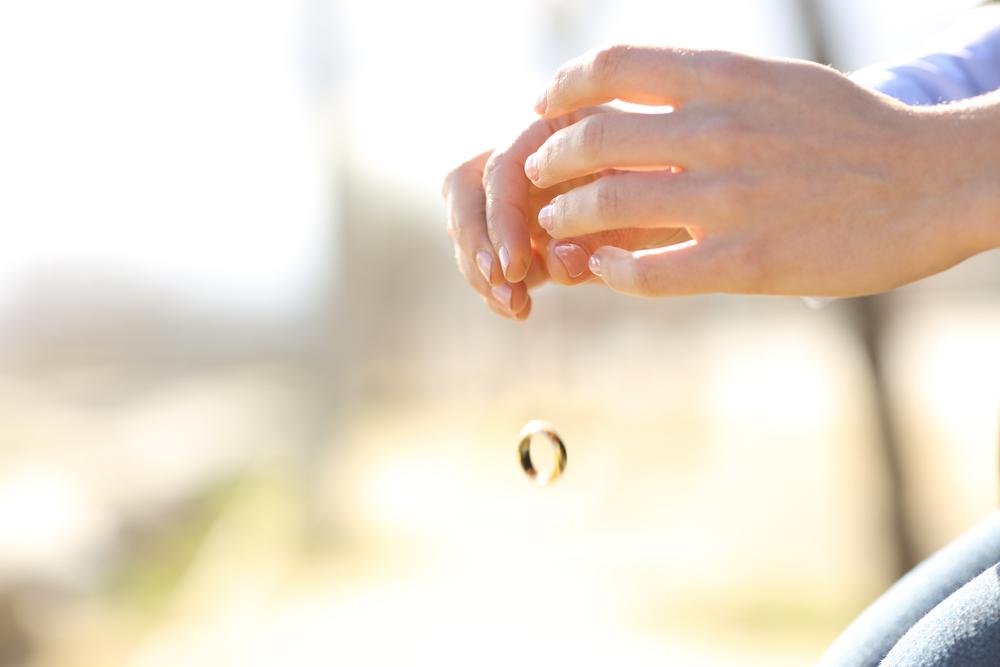 обручальное кольцо выпадает из рук
