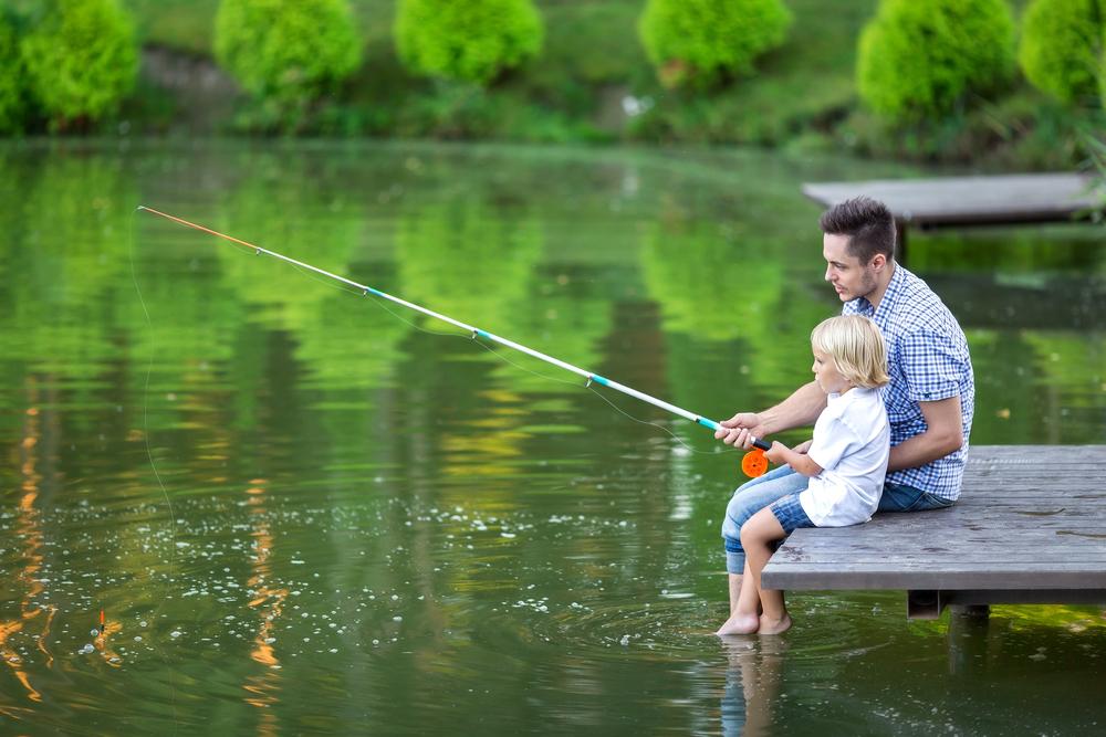 мужчина с ребёнком на рыбалке