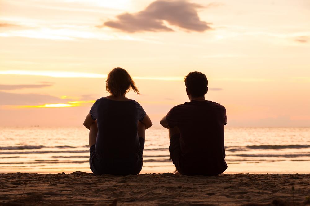мужчина и женщина на берегу