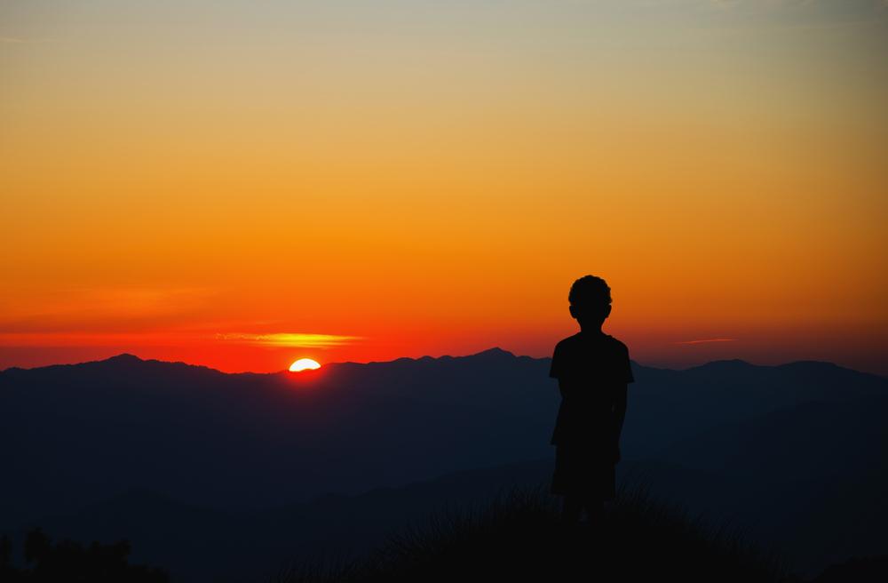 ребенок смотрит на закат