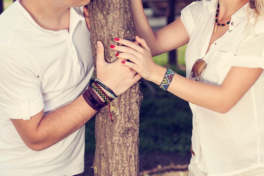 муж с любовницей возле дерева