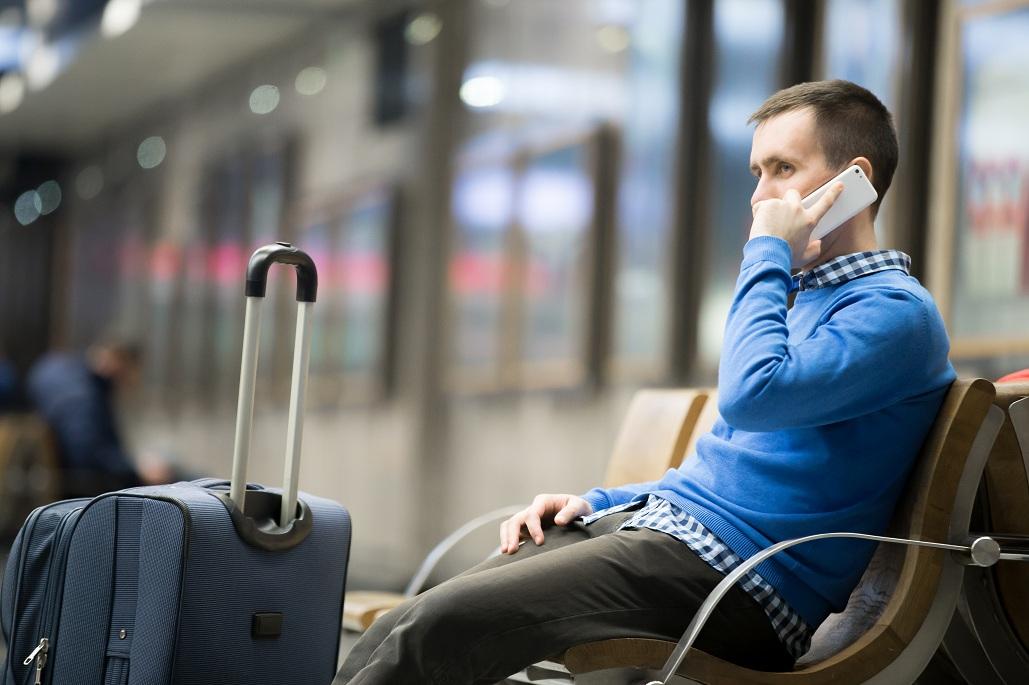 мужчина с чемоданом уезжает