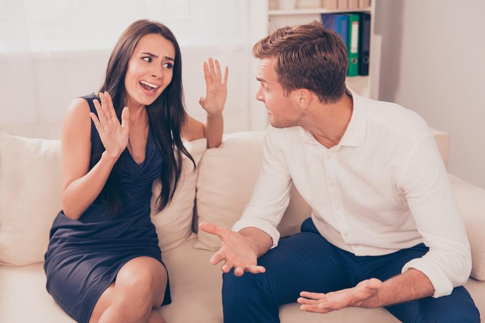 женщина ссориться с мужчиной