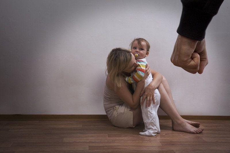 мужчина злой на жену и ребенка