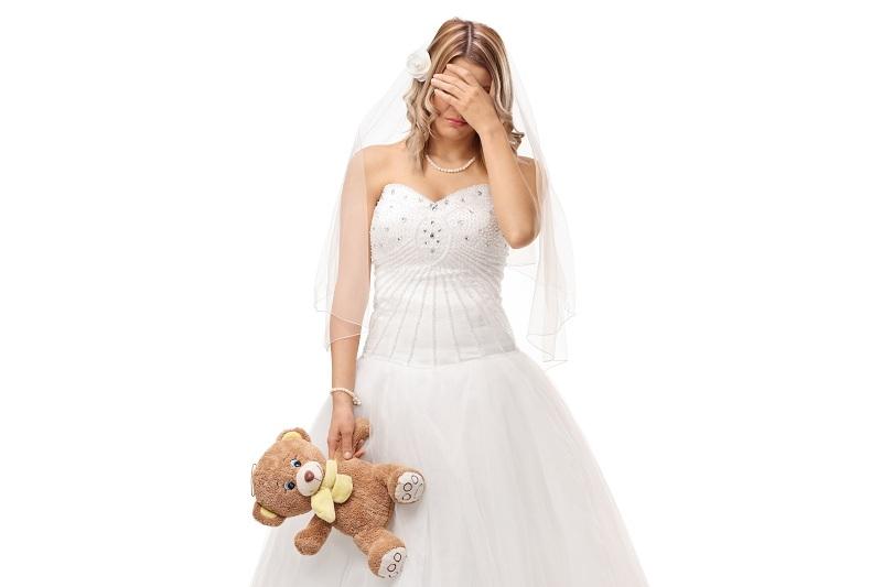 Расстроенная женщина переживает, что муж женился после развода