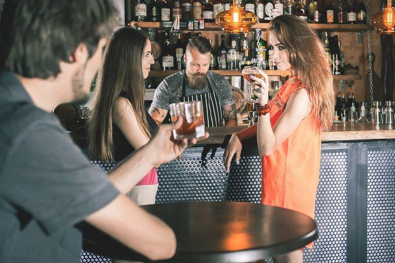 Мужчина флиртует в баре - что считается изменой