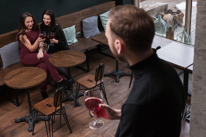 Мужчина до брака решил изменить в баре с двумя девушками