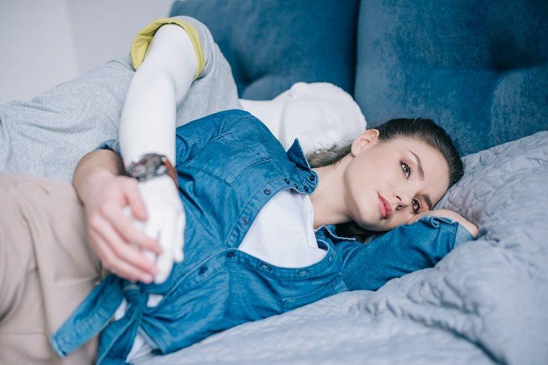 Женщина лежит на кровати с мыслями как вернуть мужа