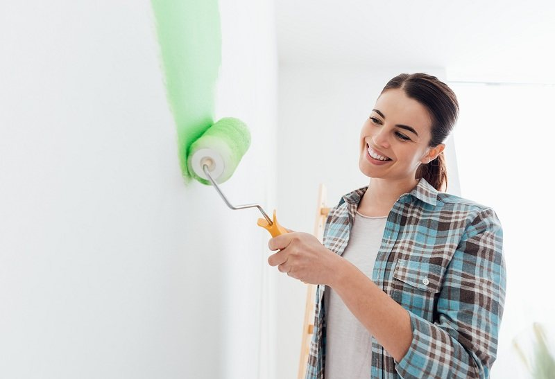Женщина меняет обстановку дома после развода с мужем