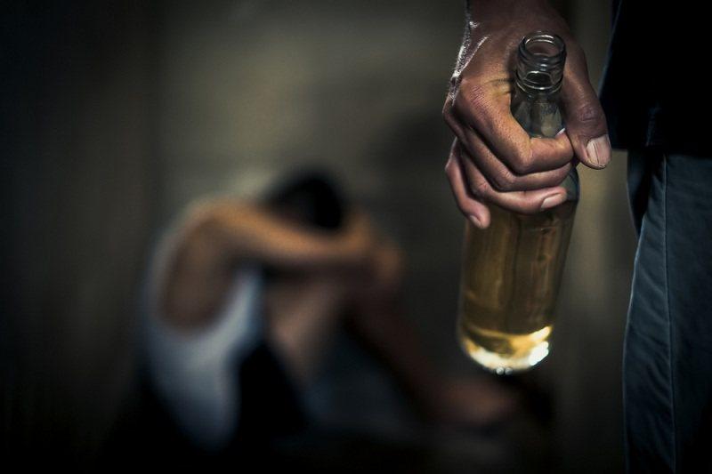 Муж алкоголик и жене пришлось его бросить
