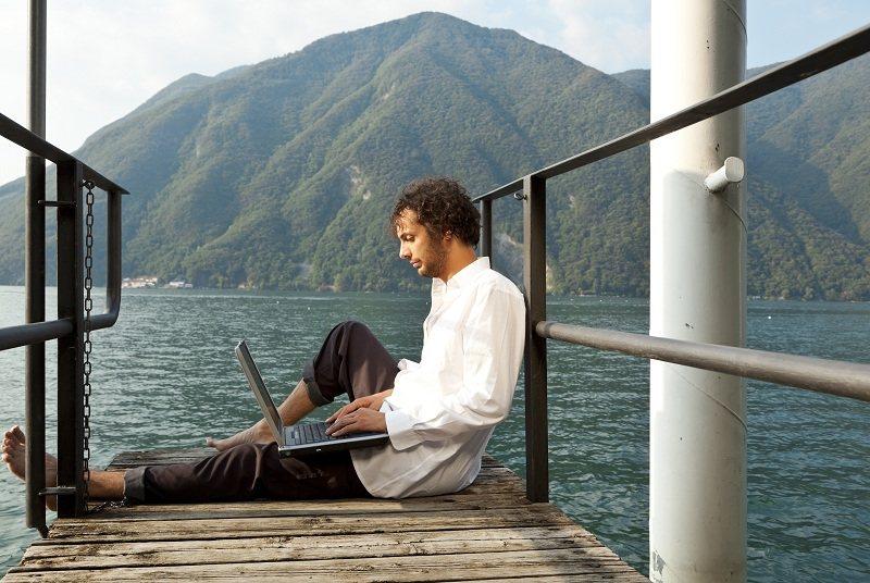 Мужчина на яхте с компьютером, а жена думает как вернуть любимого человека на расстоянии