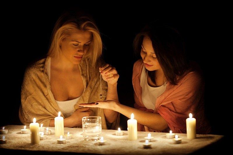 Девушки с помощью заговоров, молитв, приворотов думают как вернуть любовь мужчин