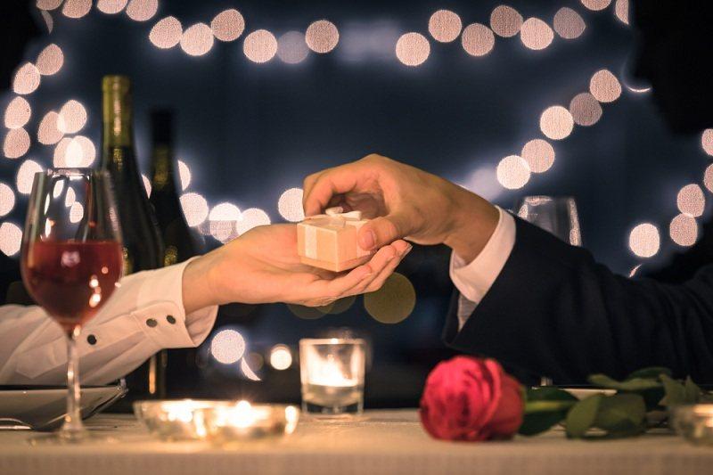 Романтический ужин - жена и муж помирились