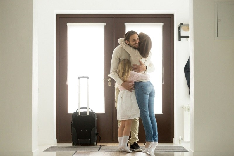 Муж возвращается домой после того как жена его выгнала