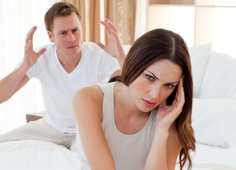 Парень ссориться с девушкой и хочет уйти