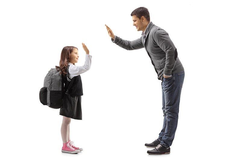 Счастливый мужчина с ребенком после развода