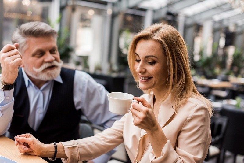 Молодая жена счастлива в браке с мужем, который намного старше ее