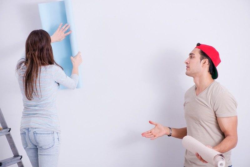 Способы разрешения конфликтов в семье. Муж и жена вместе клеят обои