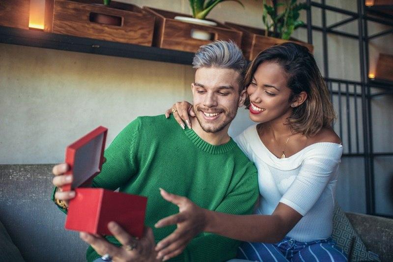 Женщина подарила мужчине подарок и хочет разрешить конфликт