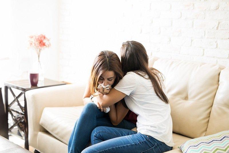 Женщина жалуется подруге в том что муж ее бросает