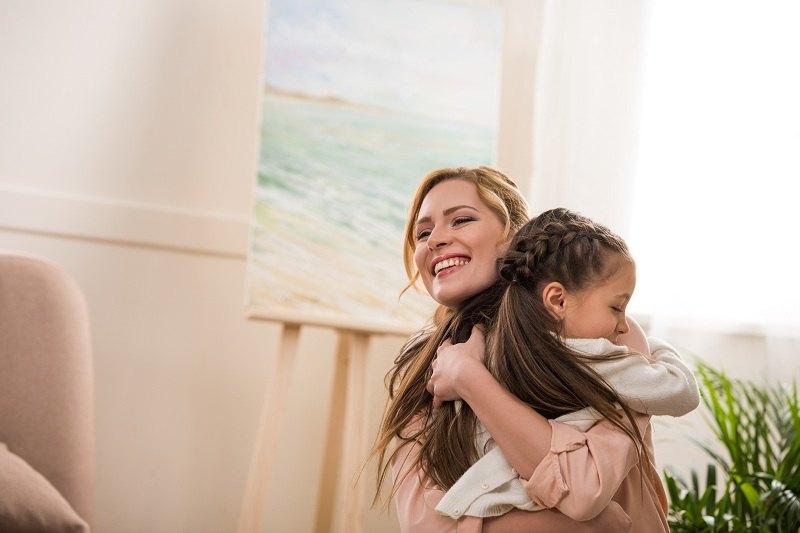 Женщина счастлива с ребенком, так как бросила мужа алкоголика