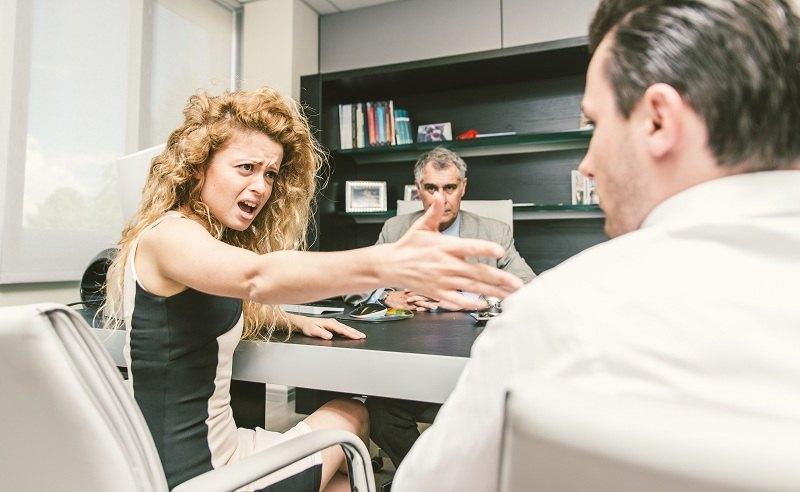 Жена с мужем в присутствии адвоката пишут заявление о разводе