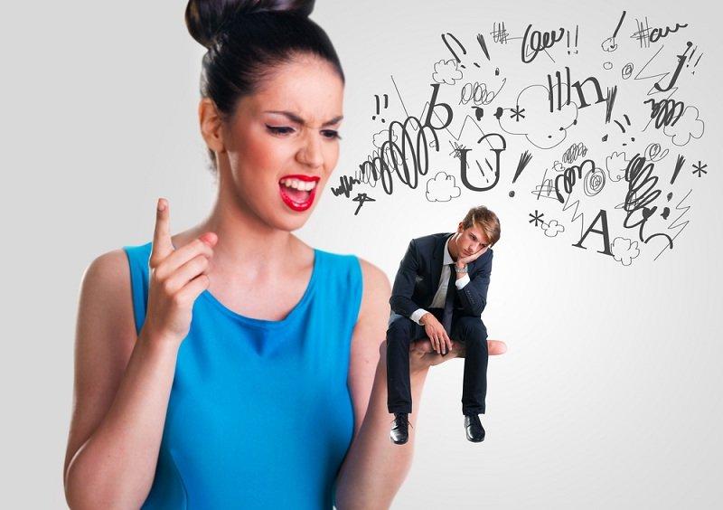 Девушка ругает парня за измену и думает простить или нет