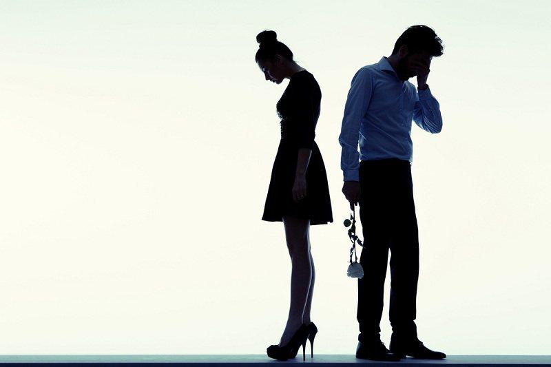 Грустные мужчина и женщина после супружеской неверности