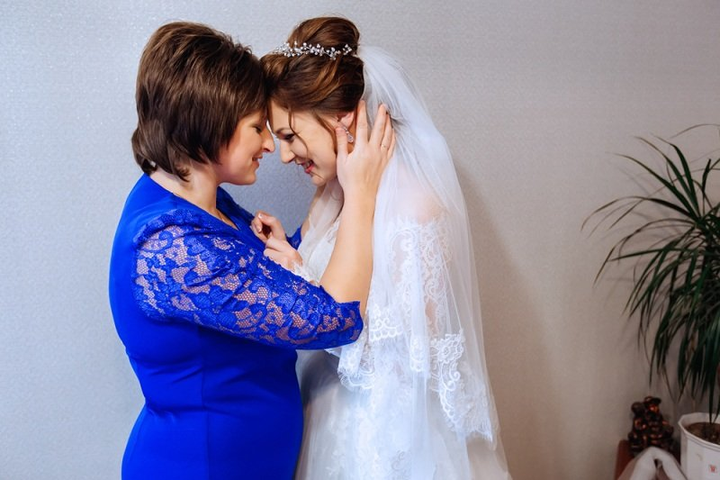Счастливая мама выдает девушку замуж