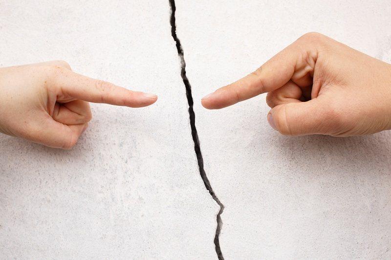 После измены супруги указывают друг на друга пальцем