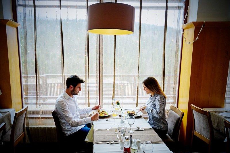 Женщина в кафе с любовником изменяет мужу