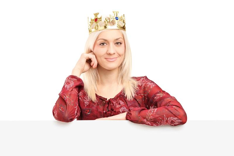 Женщина с короной на голове