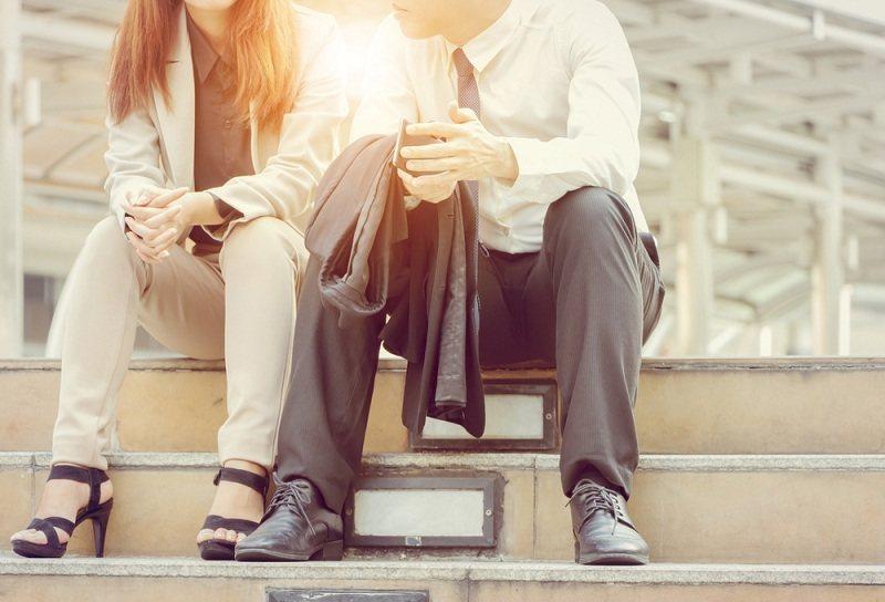Муж с женой думают как улучшить отношения в семье