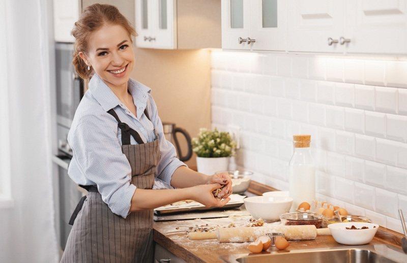 Женщина на кухне думает как сделать мужу приятное и готовит сюрприз