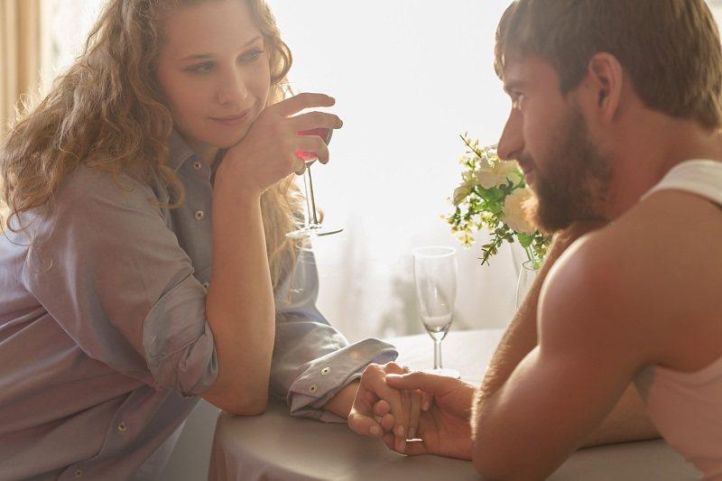 Мужчина и женщина в романтическом настроении