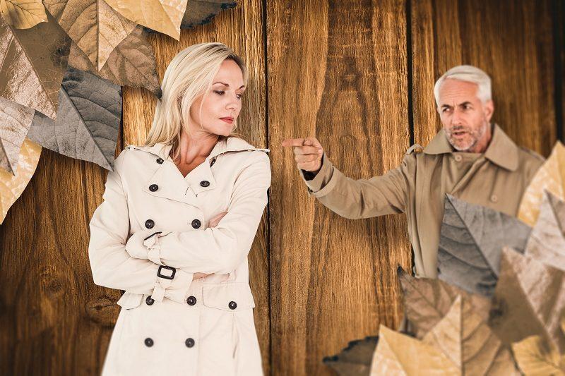 Агрессивный муж угрожает и пугает жену разводом