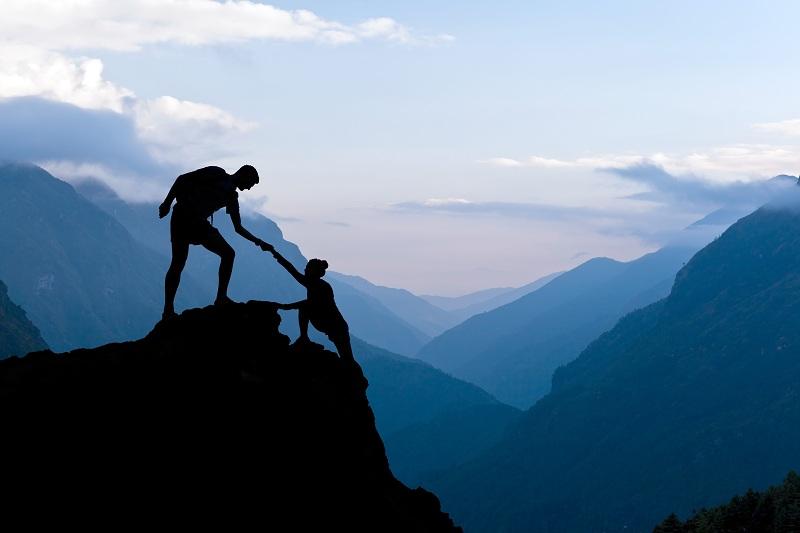 Мужчина помогает в трудную минуту женщине
