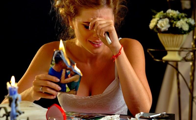 Женщина плачет - у нее впереди тяжелая стадия развода