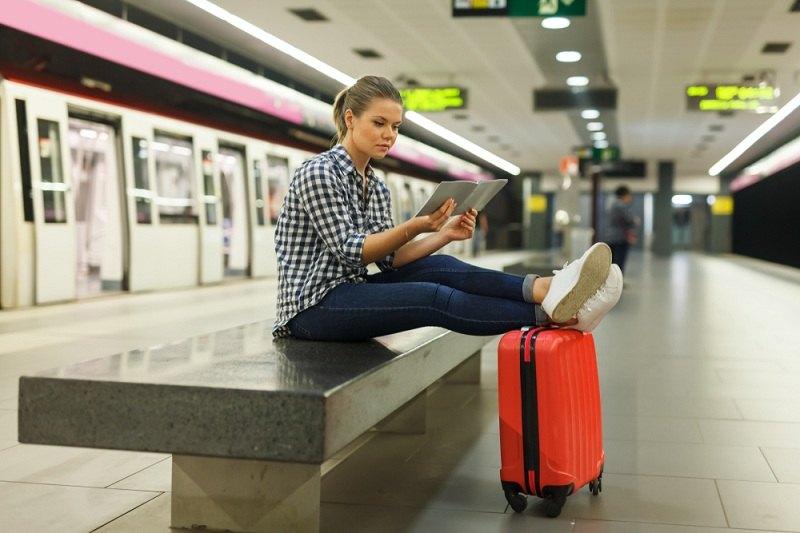 Девушка с чемоданом думает куда уехать от мужа
