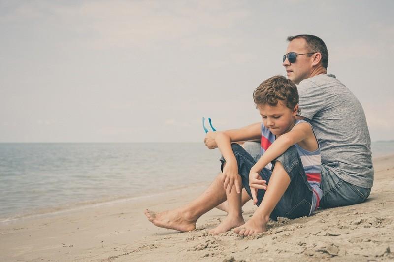 Отец с сыном разговаривают на тему ухода матери из семьи