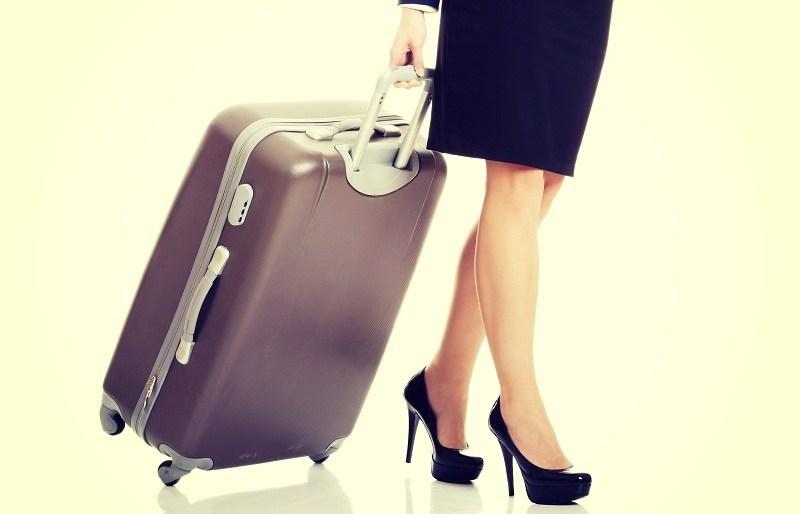 Женщина с чемоданом возвращается от любовника к мужу
