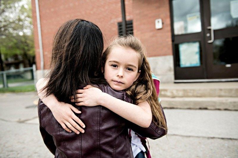Дочка обнимает свою маму, которая ушла от семьи