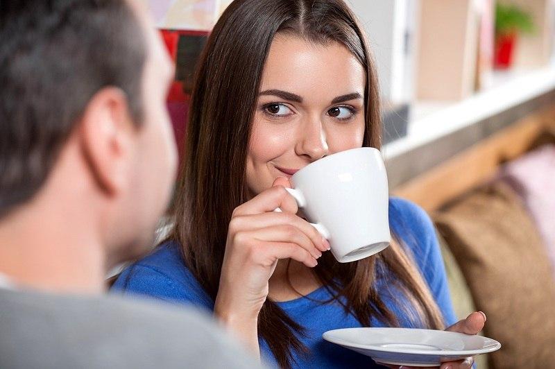 Женатый мужчина со своей подругой пьют кофе