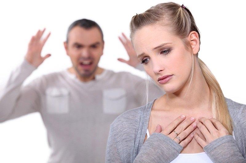 Супруги ругаются, а муж хочет уйти