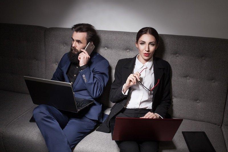 Мужчина с ноутбуком и женщина с очками после ссоры
