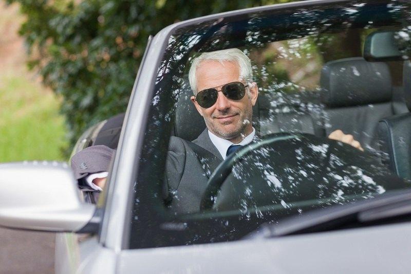Богатый мужчина едет в дорогом автомобиле к любовнице