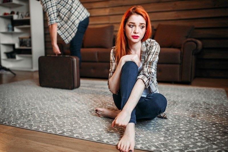 Девушка сожалеет о разводе со своим бывшим супругом и плачет