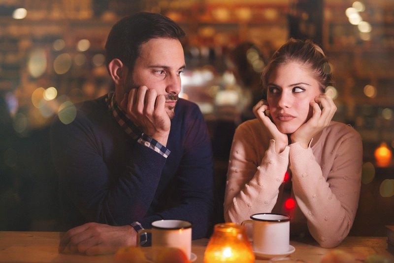 Мужчина и женщина грустно смотрят в глаза друг другу