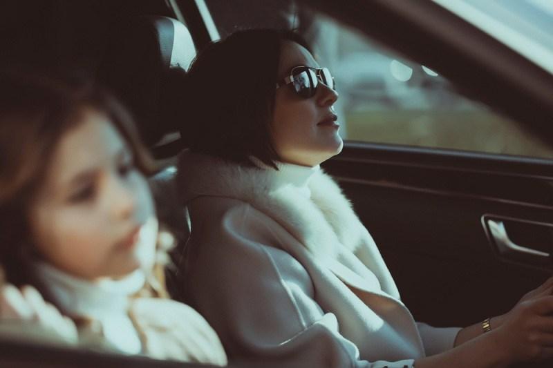 От красивой жены ушёл муж, она едет в машине с расстроенной дочкой